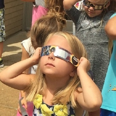 Mintonye Pioneers Get a Glimpse of the Eclipse